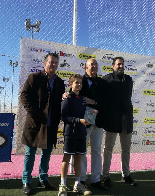 Felipe Virgili, recibiendo el trofeo (Foto: CT Mahón)