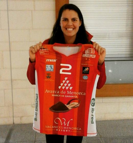 Ostrander, posando con la camiseta del Avarca a su llegada a la Isla (Foto: CV Ciutadella)