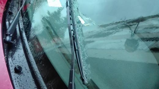 Granizo en el parabrisas de un coche en Maó.
