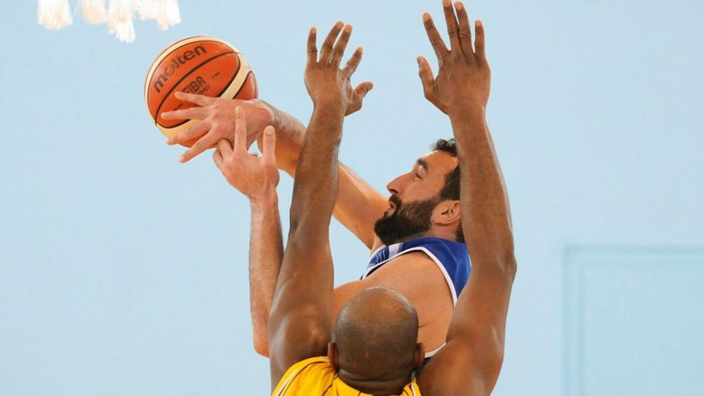 Jan Orfila lanza a canasta ante la defensa de Cabrera (Fotos: Tolo Mercadal)