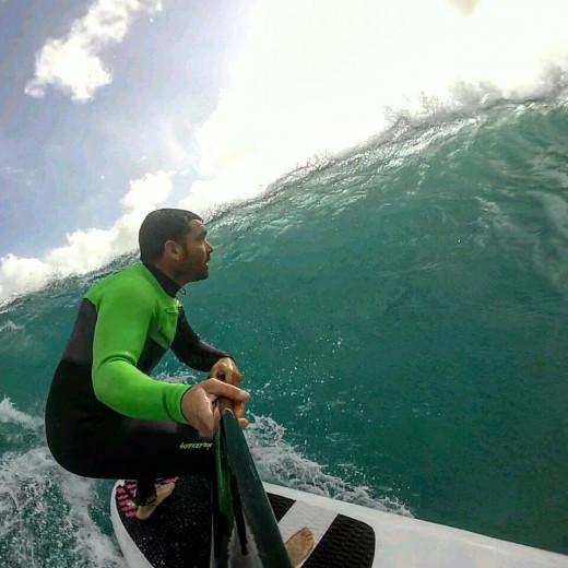 Un intrépido entre olas.
