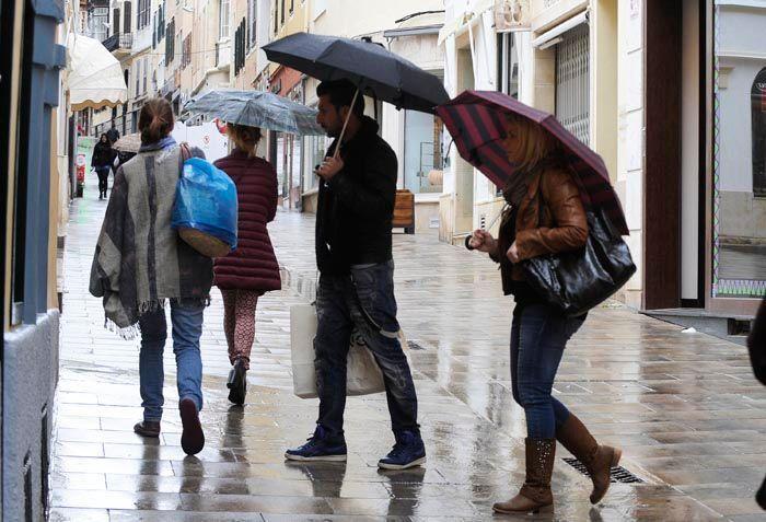 Lluvia en el centro de Maó.