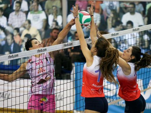Noelia Sánchez remata en una secuencia del partido de la primera vuelta.
