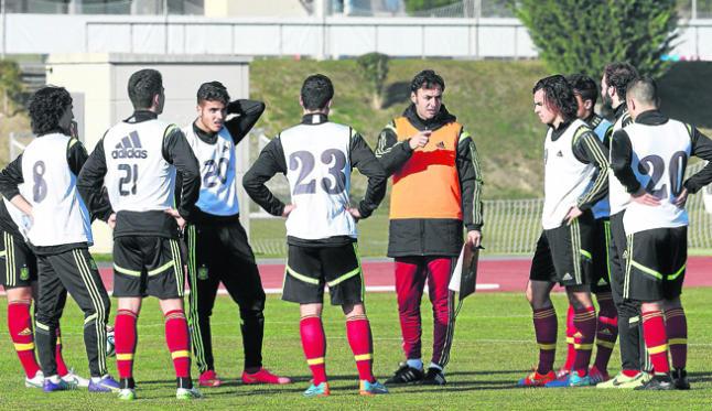 Santi Denia, en un entrenamiento de la selección española.