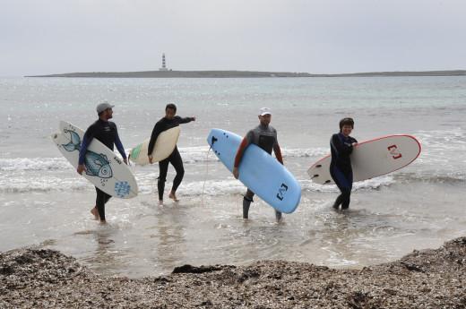 Surfistas tras la presentación del evento el año pasado (Foto: Tolo Mercadal)