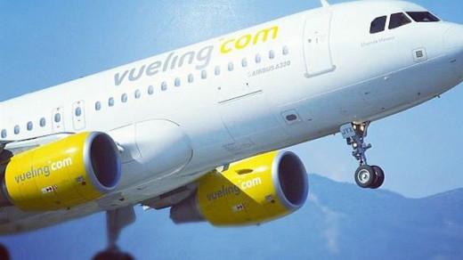 Imagen de archivo de un avión de Vueling despegando desde Menorca.