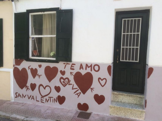 Fachada de la casa con la curiosa pintada.
