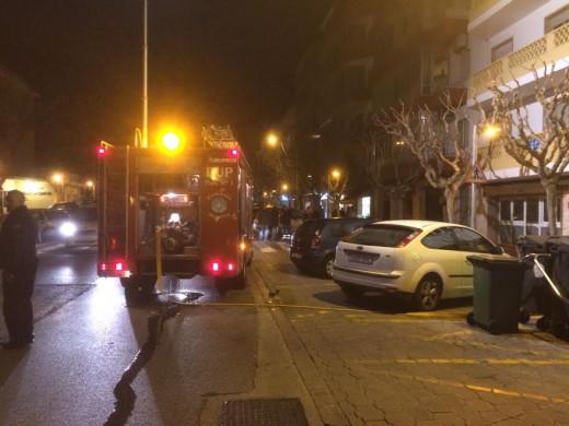 Bomberos actuando en la calle Vives Llull  (Foto: Tolo Mercadal)