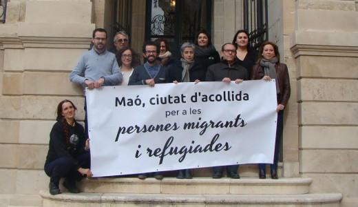 Los miembros del consistorio, con la pancarta (Foto: Ajuntament de Maó)