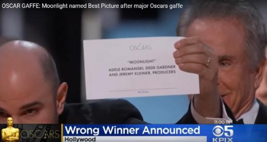 """(Vídeo) La gran pifia de los Oscars: """"Moonlight"""" se lleva la estatuilla tras dársela primero a La La Land"""