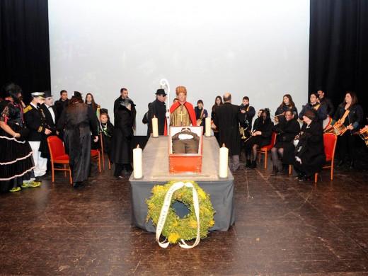 (Fotos) El entierro de Camestortes sume a la sociedad en un profundo pesar