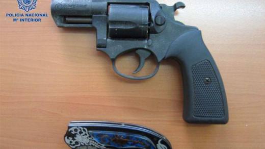 Imagen del revólver intervenido a los menores.
