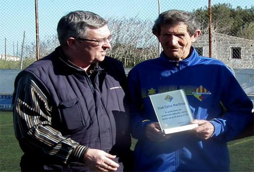 Joan Quevedo, entregando la placa a José Calvo (Foto: deportesmenorca.com)