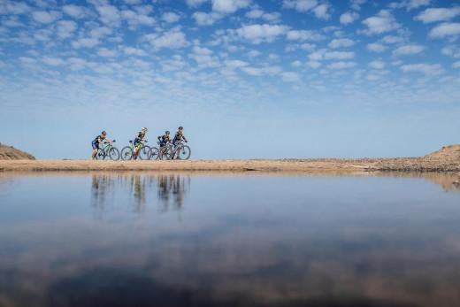 Ciclistas en Binimel.là (Foto: Jordi Saragossa)