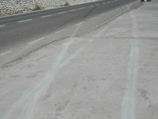 """(Fotos) Destroza una """"paret seca"""" mientras circulaba por la entrada de San Climent"""