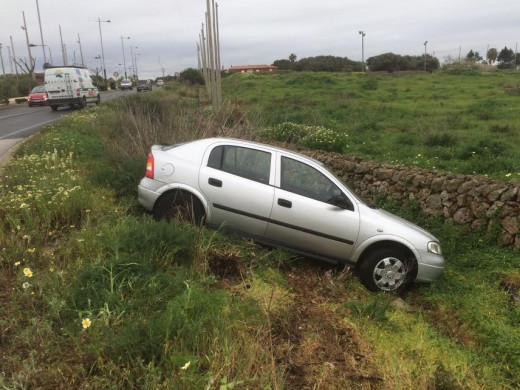 (Fotos) Un vehículo derrapa, se sale de la vía y cae a la cuneta