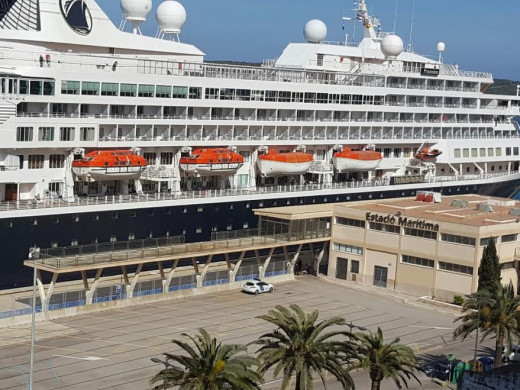 (Fotos) Un pasajero grave y otro en estado crítico en una jornada negra en un crucero atracado en Maó