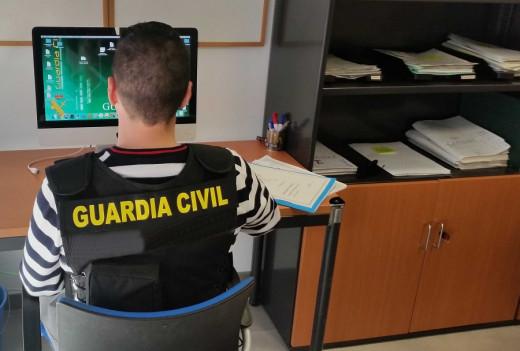 Un agente analiza uno de los ordenadores de la pareja.