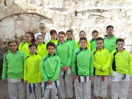 Foto de familia de los karatecas y entrenadores del Físics.