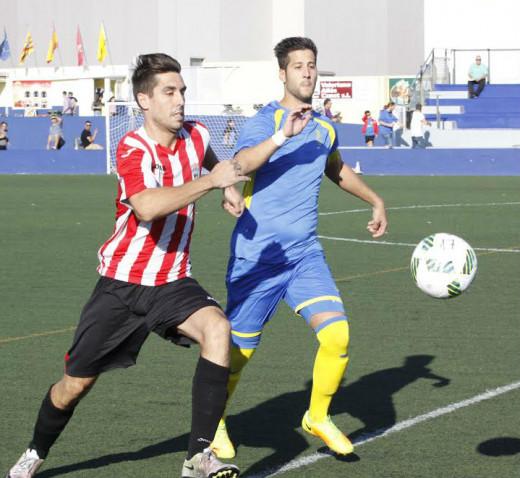 Marcos Vaquero y Llonga pelean un balón en el partido de la primera vuelta (Foto: deportesmenorca.com)