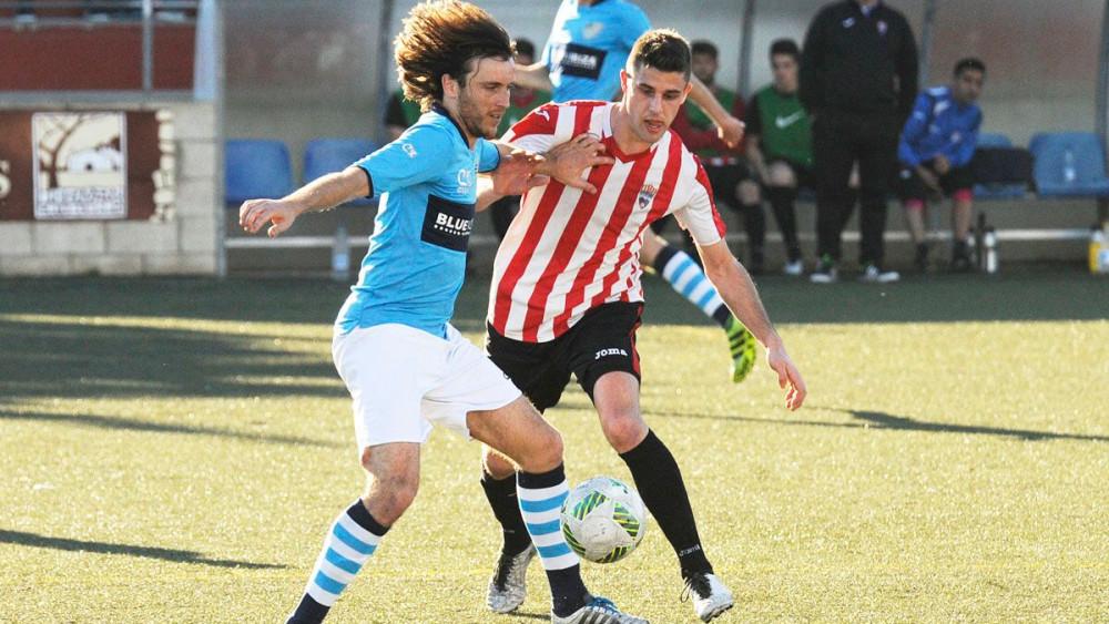 Víctor controla la pelota ante Raúl Marqués (Fotos: Tolo Mercadal)
