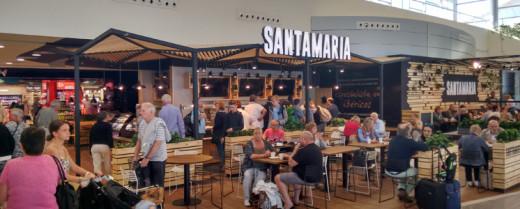 Pasajeros en las zonas comerciales del aeropuerto (Foto: aena.es)