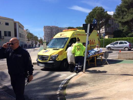 (Galería de fotos) Un hombre herido al perder el control de su coche y empotrarse contra un parking