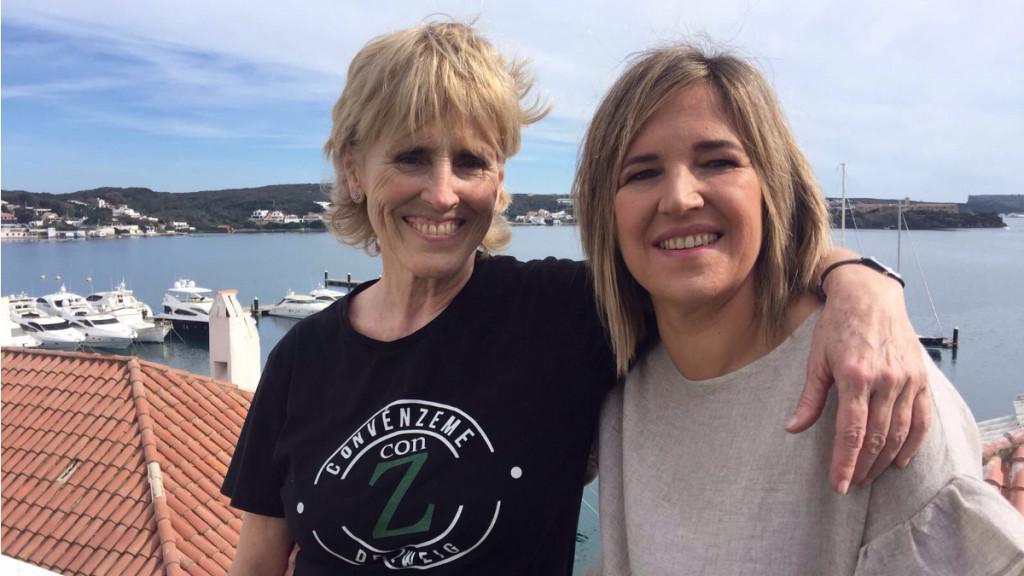 Mercedes Milà, junto a la periodista Neus Albis, en el puerto de Maó (Foto: IB3)