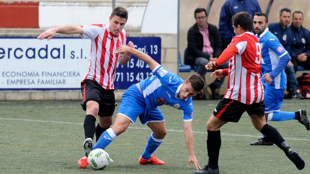 Raúl pugna por el balón con un rival (Fotos: Tolo Mercadal)