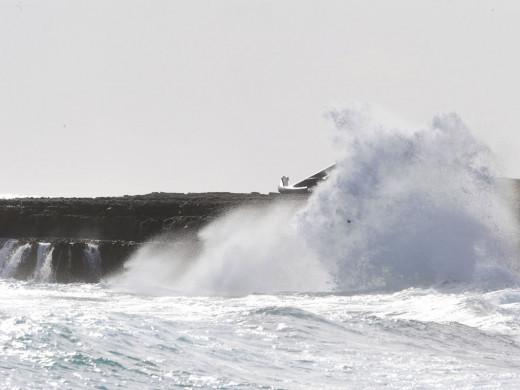 Meteorología prevé fuertes vientos y olas en los próximos días.