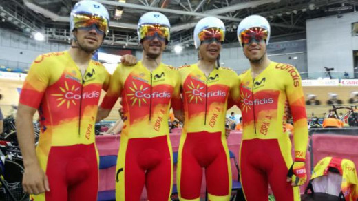 Torres, a la derecha, junto al resto del equipo (Foto: RFEC)
