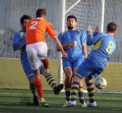 Biel Xavi y Barber tratan de frenar un disparo (Foto: deportesmenorca.com)