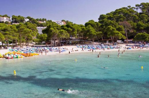 Cala Galdana con arena y turistas