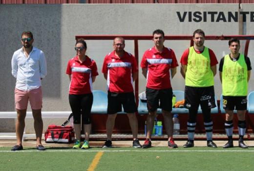 Calzada, el primero por la izquierda, en el banquillo del Alaior (Foto: futbolbalear.es)