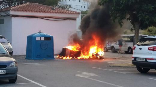 Fotografía de uno de los contenedores ardiendo en Alaior.