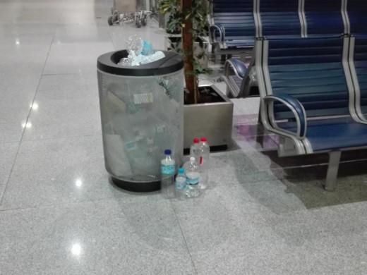 (Fotos) La suciedad y el desorden empiezan a adueñarse del aeropuerto