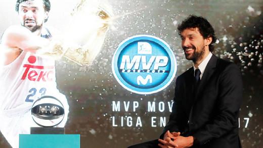 Llull, posando con el trofeo de MVP.