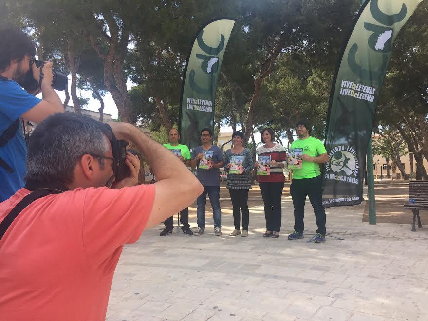 Momento de la presentación en la plaça des Pins (Foto: Trail Menorca)