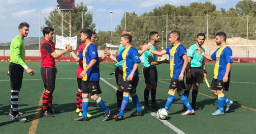 Saludos antes del inicio del encuentro (Foto: futbolbalear.es)