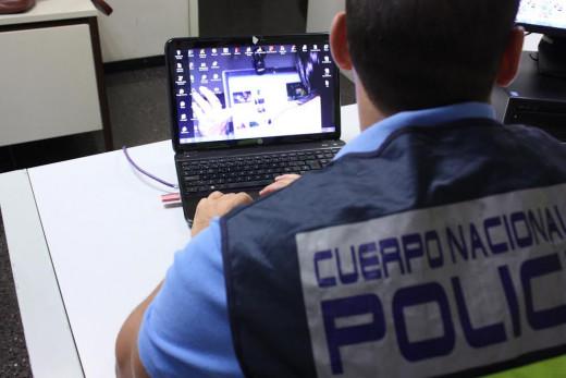 Un policía, rastreando una página de internet.