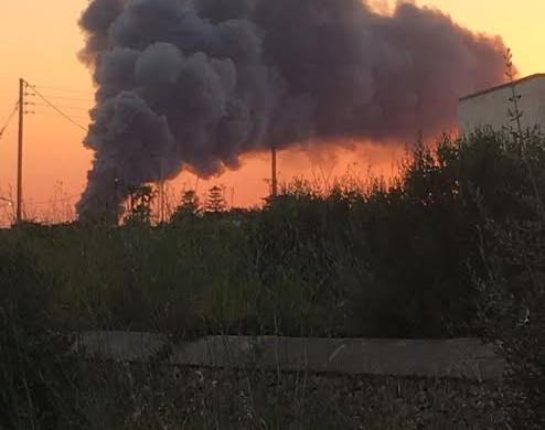(Vídeo y fotos) Espectacular incendio en la planta TIV de Maó