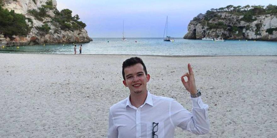 Joe Furness, en una playa de Menorca.