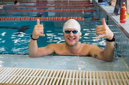 Martí Riera, saludando antes de un entrenamiento en la piscina.