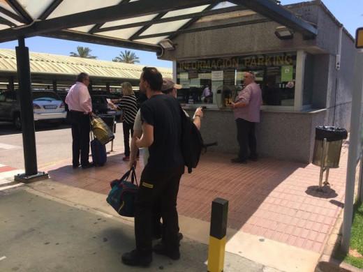 (Galería de fotos) Caos en el parking del aeropuerto de Menorca