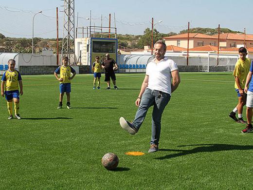(Galería de fotos) Fútbol y goles para estrenar el nuevo césped en Es Castell