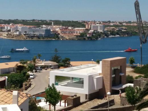 (Fotos) Remolcado el 'Ciutat de Maó' tras quedar a la deriva