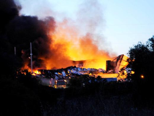 (Ampliación con fotos y vídeos) Un incendio arrasa completamente la planta TIV de Maó