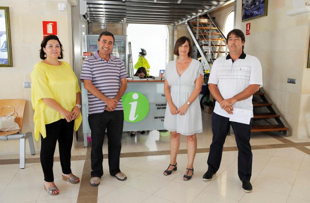 Las autoridades acompañaron a Maite Salord en la presentación formal de la nueva oficina turística de Fornells.
