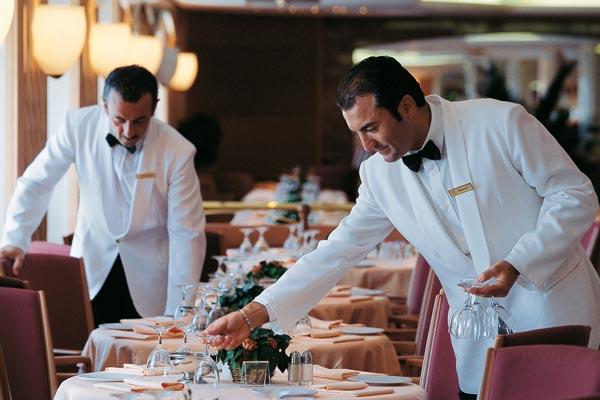 Dos camareros trabajando.
