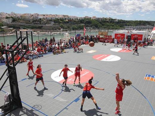 Basket en la cubierta del Tenacia para unir Palma y Maó